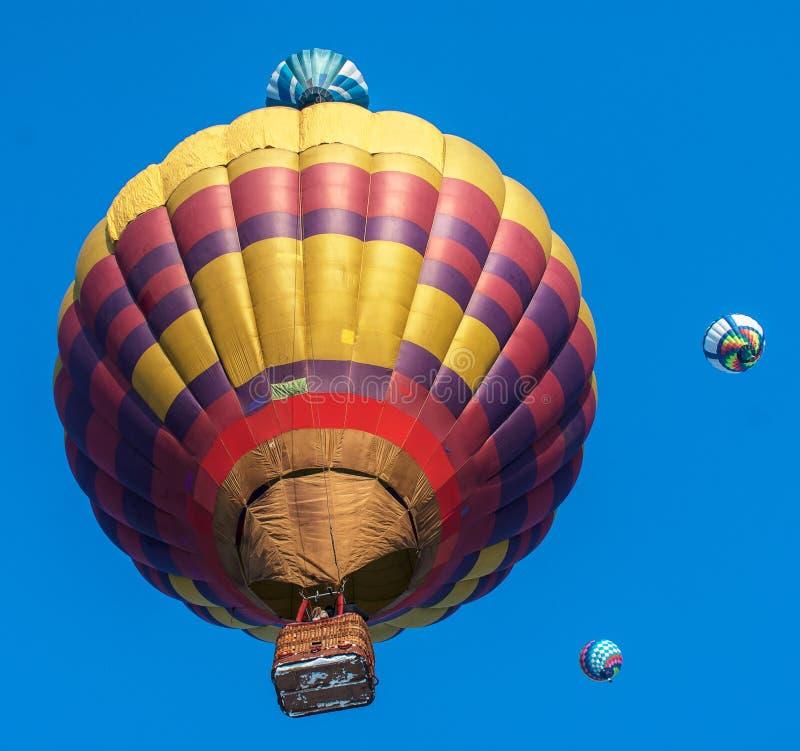 Wznosić się w górę kolorowych balonów obraz stock