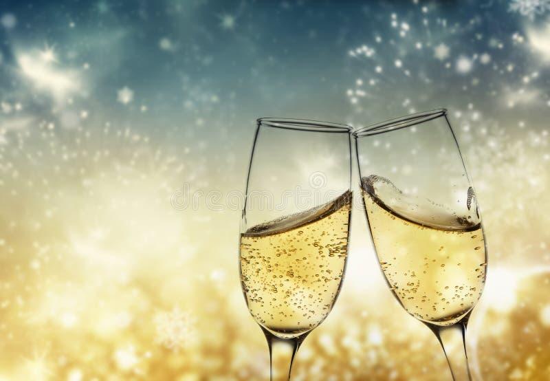 wznosić toast z szampańskimi szkłami przeciw wakacyjnym światłom i nowemu y zdjęcia royalty free