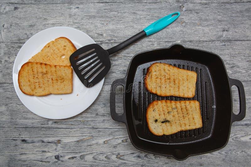 Wznosząca toast chlebowa grzanka na drewnianym tle zdjęcie stock