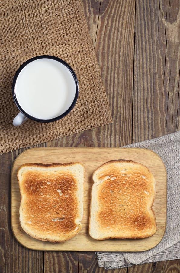 Wznosząca toast filiżanka mleko i chleb obrazy royalty free