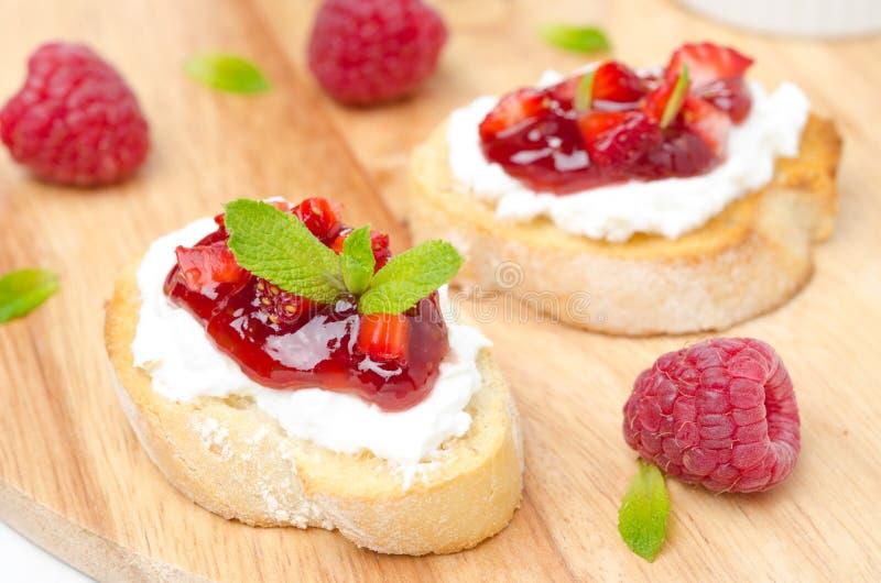 Wznoszący toast baguette z kremowym serem, malinowy dżem obraz stock