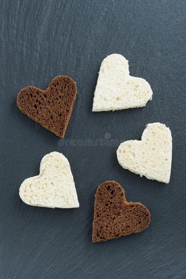 Wznoszący toast biały chleb w postaci serca i żyto zdjęcie stock