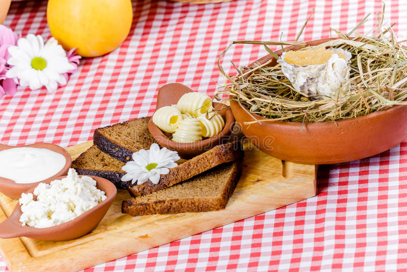 Wznoszący toast chleb, masło, ricotta ser, kwaśna śmietanka, kawior na drewnianej desce fotografia royalty free
