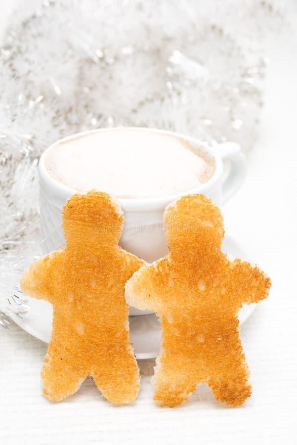 Wznoszący toast chleb w postaci małych mężczyzna, filiżanka kawy obrazy royalty free