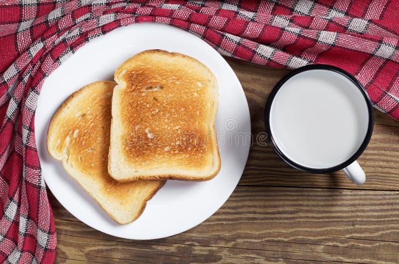 Wznoszący toast chleb w talerzu i mleku fotografia royalty free