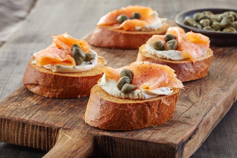 Wznoszący toast chleb z uwędzonym łososiem zdjęcie stock