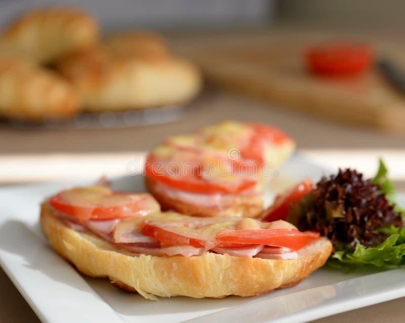Wznoszący toast Pikantny Croissant Na talerzu fotografia stock