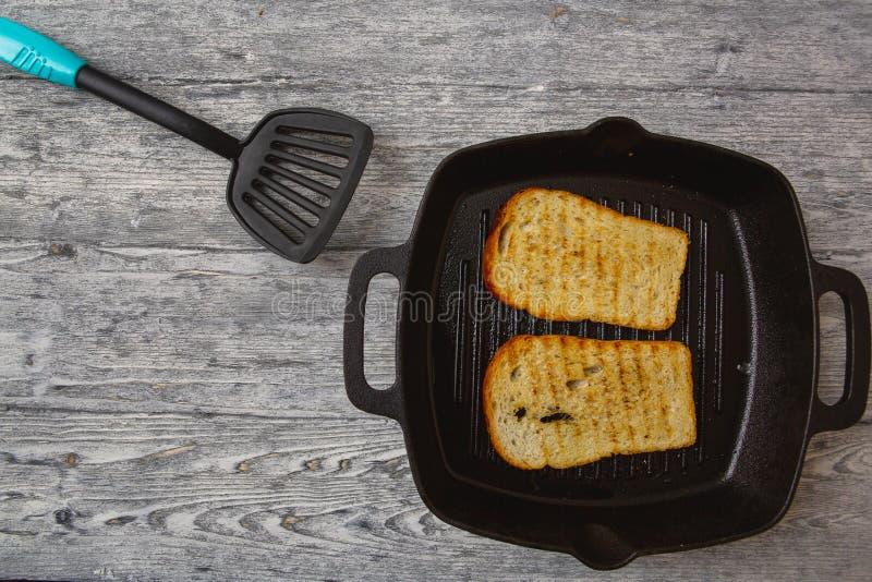 Wznosz?ca toast chlebowa grzanka na drewnianym tle zdjęcia royalty free