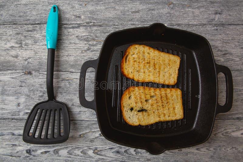 Wznosz?ca toast chlebowa grzanka na drewnianym tle fotografia royalty free