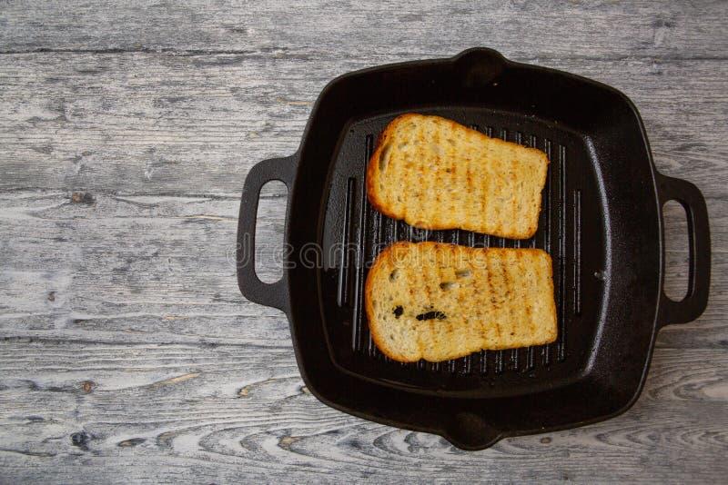 Wznosz?ca toast chlebowa grzanka na drewnianym tle obraz royalty free