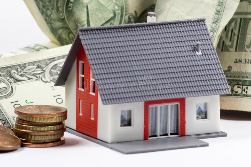 Wzorcowi domu i pieniądze rachunki - pojęcie wizerunek zdjęcie royalty free