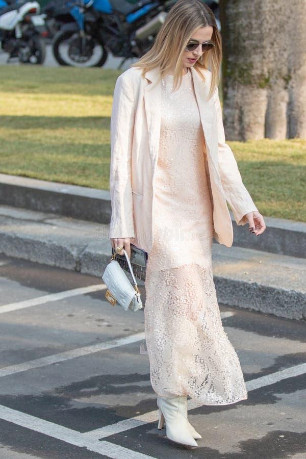 Wzorcowy będący ubranym długą biel suknię i parę biali kostka buty zdjęcia royalty free
