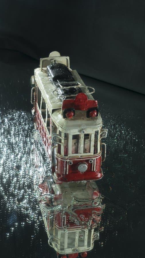 Wzorcowy blaszany tramwaj na czerni ziemi zdjęcia royalty free