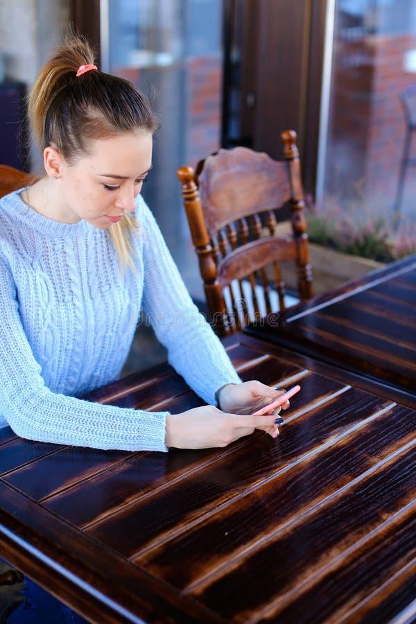 Wzorcowy czekanie fotograf dla photoshoot w kawiarni zdjęcie royalty free