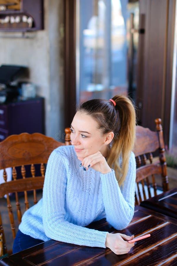 Wzorcowy czekanie fotograf dla photoshoot w kawiarni obraz royalty free