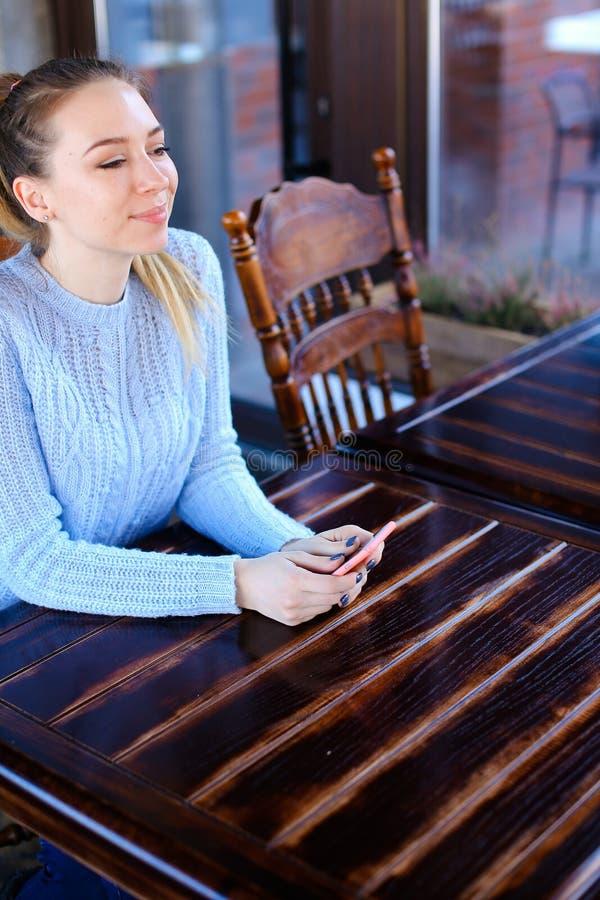 Wzorcowy czekanie fotograf dla photoshoot w kawiarni zdjęcia royalty free