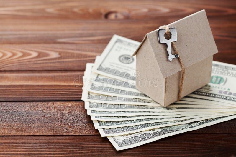 Wzorcowy kartonu domu, klucza i dolara pieniądze, Domowy budynek, ubezpieczenie, parapetówa, pożyczka, nieruchomość, koszt budyne obraz stock