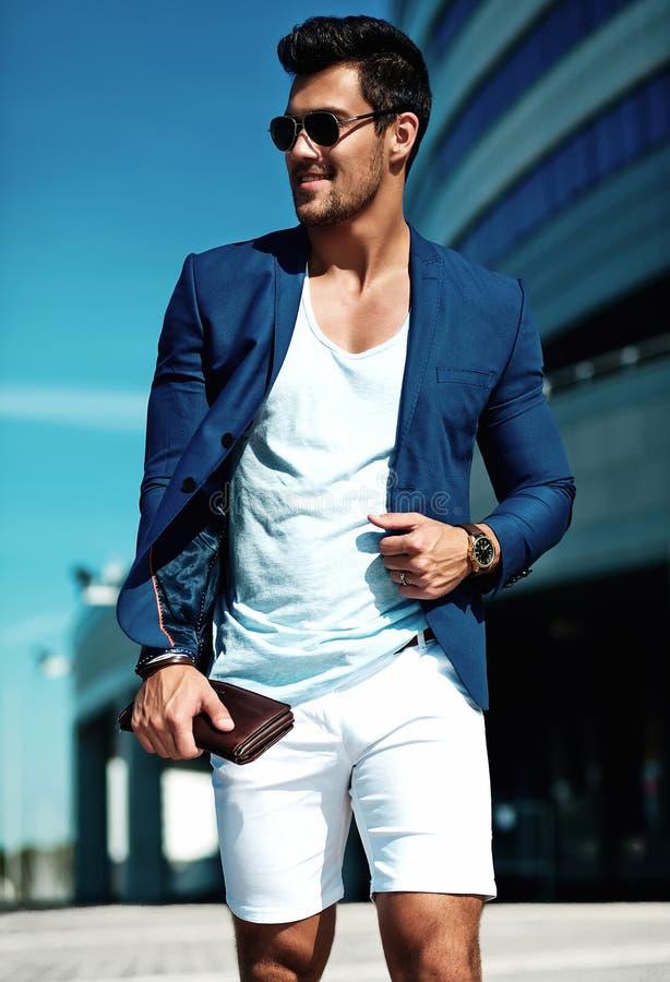 Wzorcowy mężczyzna ubierał w eleganckim kostiumu pozuje na ulicznym tle zdjęcie stock