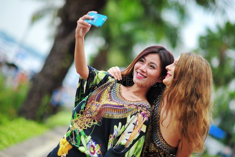 Wzorcowy pokazujący wibrujących i luksusowych projekty Camilla podczas Singapur jachtu przedstawienia mody wydarzenia (z Wattletre zdjęcia stock