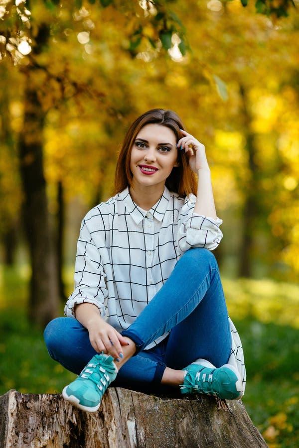 Wzorcowy pozować dla photoshoot w jesień lesie obraz stock