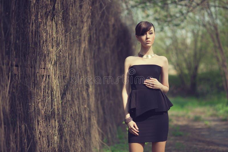 Wzorcowy pozować w krótkiej czerni sukni fotografia stock