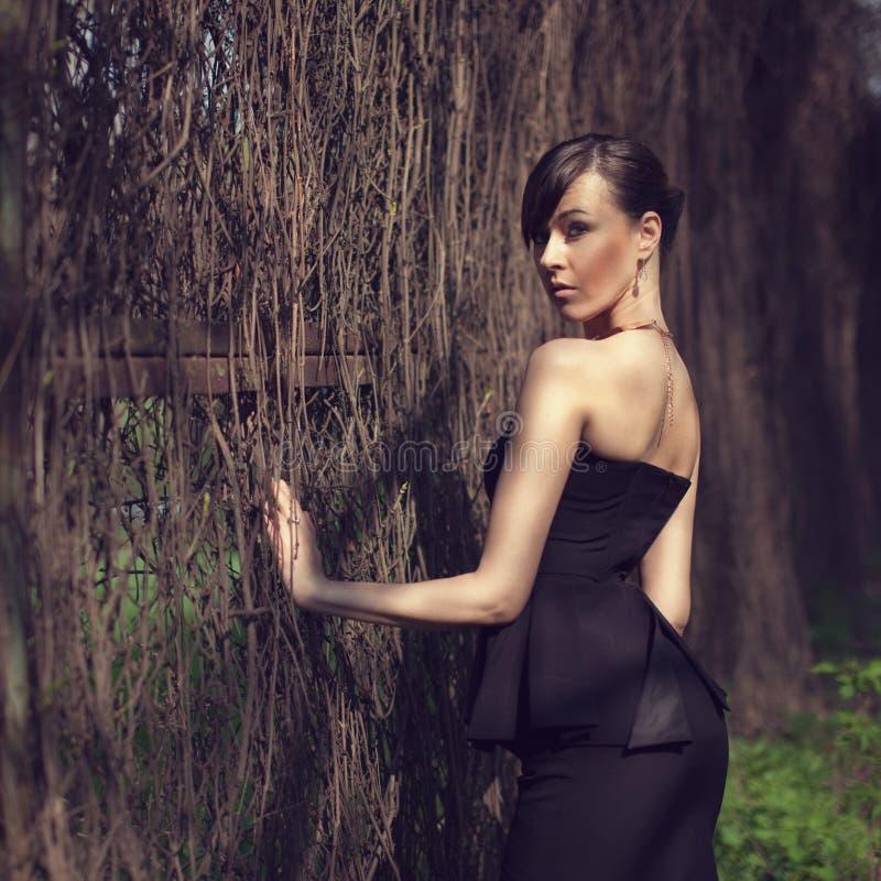 Wzorcowy pozować w krótkiej czerni sukni zdjęcie royalty free