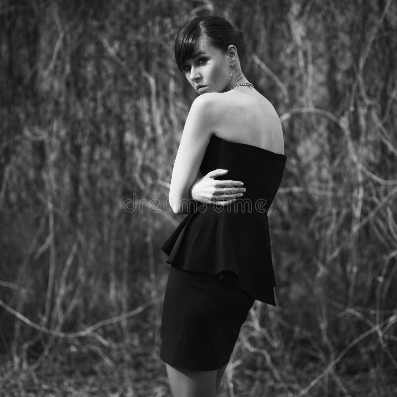 Wzorcowy pozować w krótkiej czerni sukni obrazy royalty free