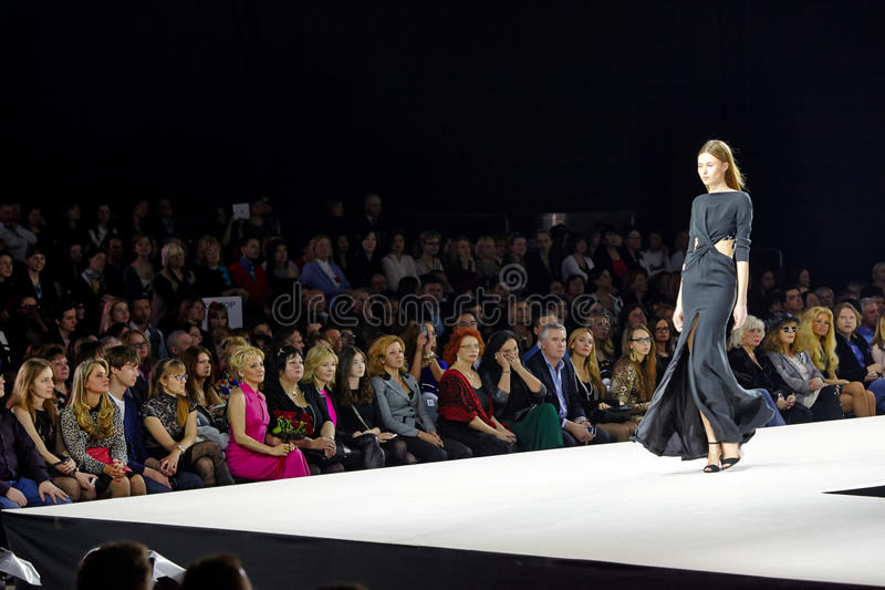 Wzorcowy spacer przy podium podczas Valentin Yudashkin przedstawienia zdjęcia royalty free