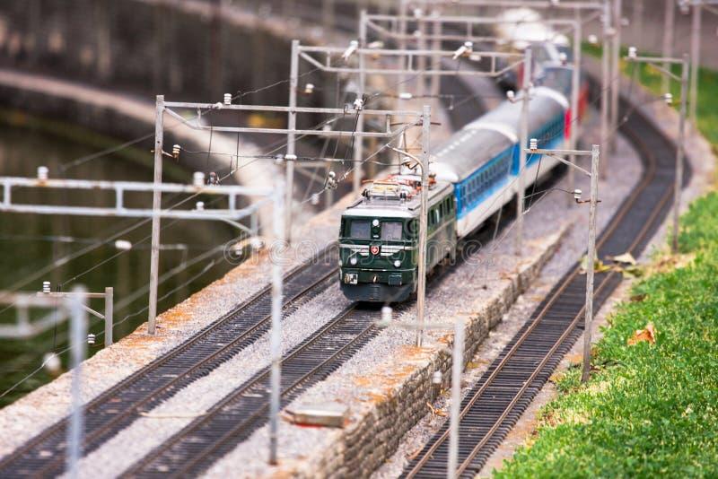 Wzorcowy zabawka pociąg w Szwajcarskim Miniaturowym parku tematycznym zdjęcia royalty free