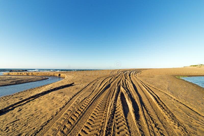 Wzory i tekstura pojazdów ślada na Plażowym piasku fotografia stock