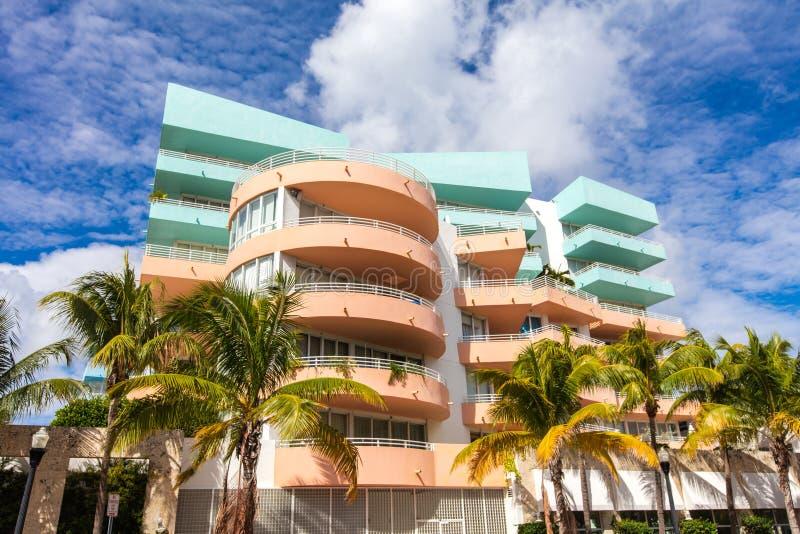 Wzrastał i błękitny budynek w ocean przejażdżce Miami beach Florydy zdjęcie stock