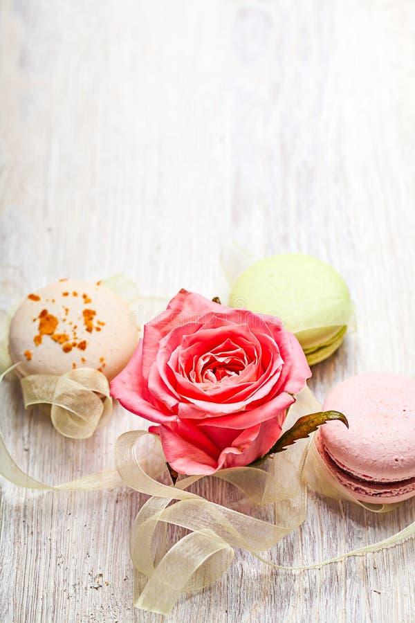 Wzrastał i cukierki valentine tło zdjęcie stock