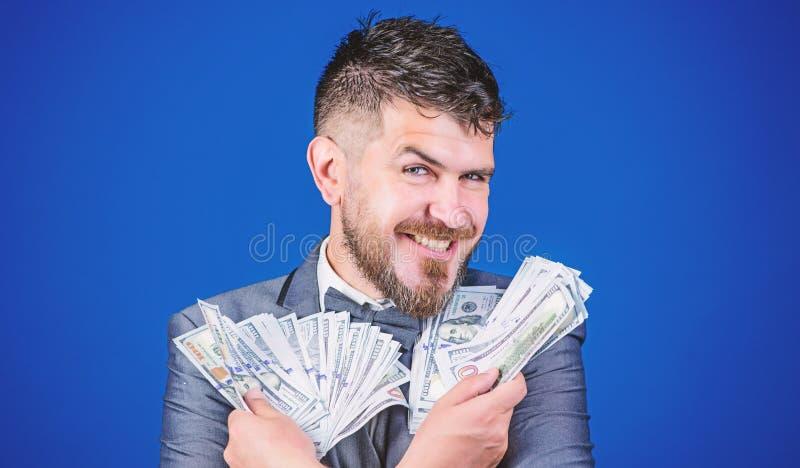 Wzrasta? jego got?wkowego doch?d Waluta makler z plikiem pieni?dze Bogaty biznesmen z my dolar?w banknoty brodaty obraz royalty free