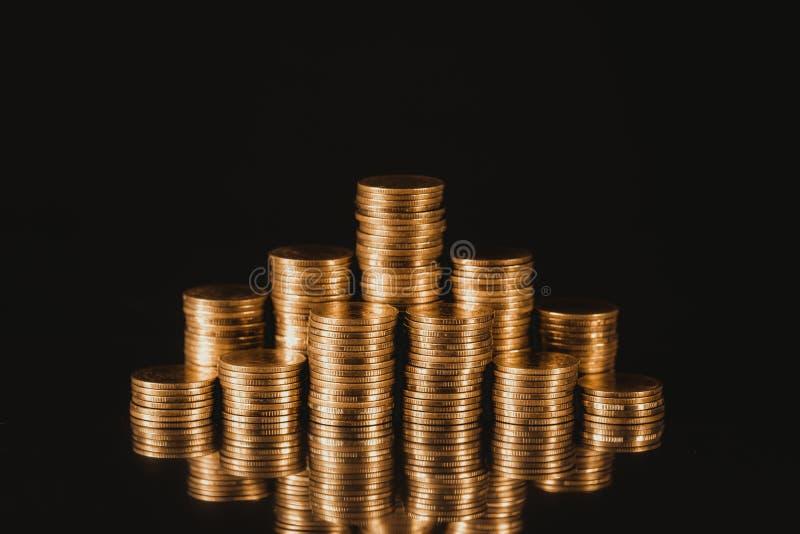 Wzrastające kolumny monety, krok sterty moneta na ciemnym backgro zdjęcie stock