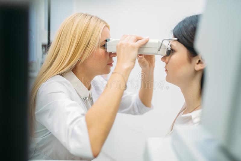 Wzroku test w okulisty gabinecie, okulistyka obraz stock