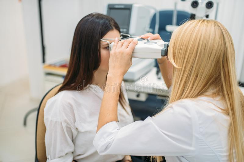 Wzroku test w okulisty gabinecie, okulistyka fotografia stock