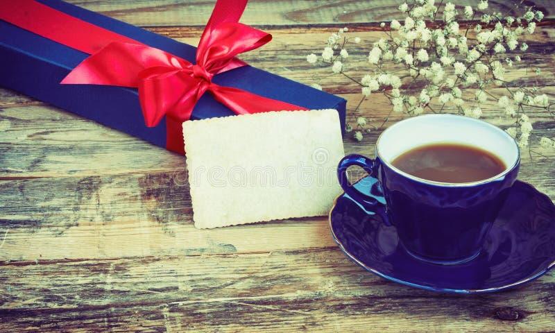 Xícara de café azul, caixa de presente com fita vermelha imagens de stock