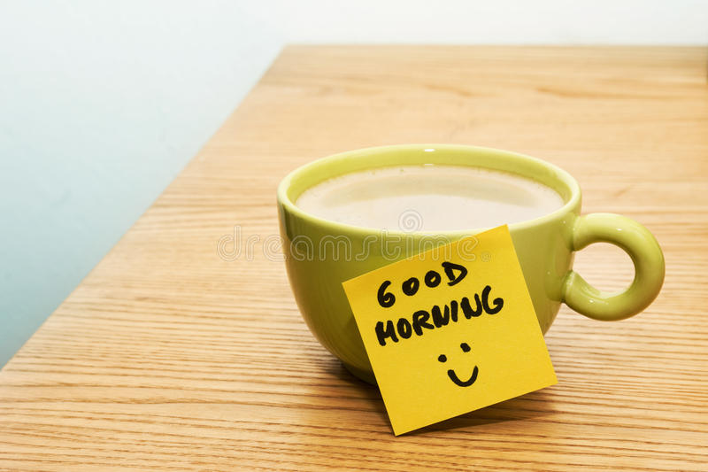 Xícara de café, bom dia da nota de post-it e smiley fotografia de stock