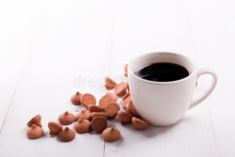 Xícara de café branca clássica com cookies fotografia de stock