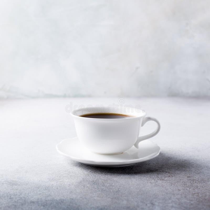 Xícara de café branca com cookies do amaretti fotografia de stock royalty free
