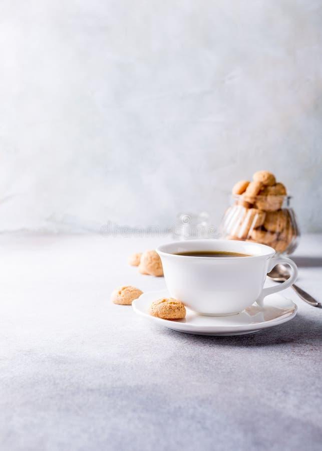 Xícara de café branca com cookies do amaretti foto de stock royalty free