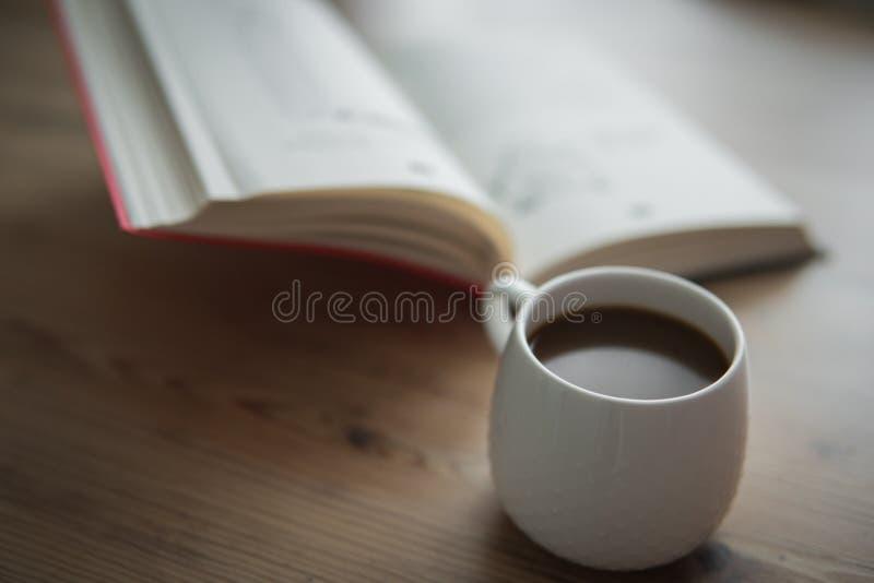 Xícara de café branca pequena fotografia de stock royalty free