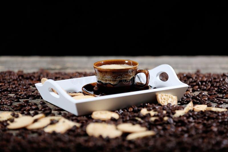 Xícara de café com alguns biscoitos fotografia de stock