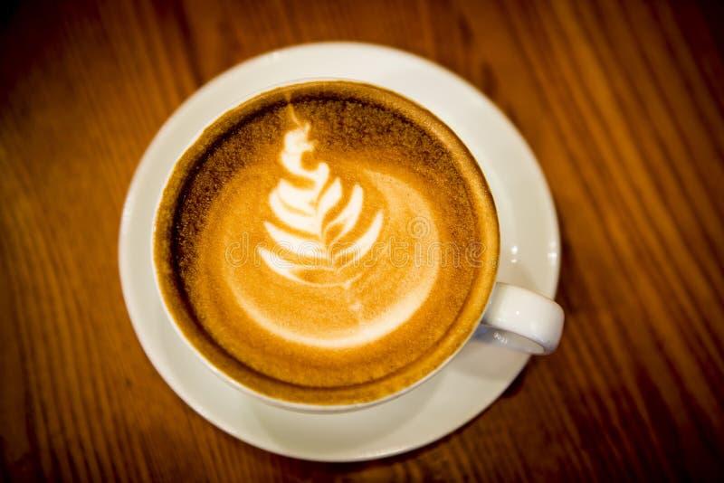 Xícara de café com arte do latte fotos de stock royalty free
