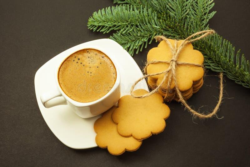 Xícara de café com as cookies do crema e do gengibre do leite, manhã de Natal, vista superior fotografia de stock royalty free