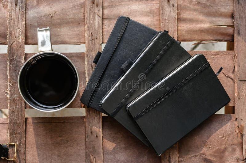 Xícara de café com blocos de notas imagens de stock