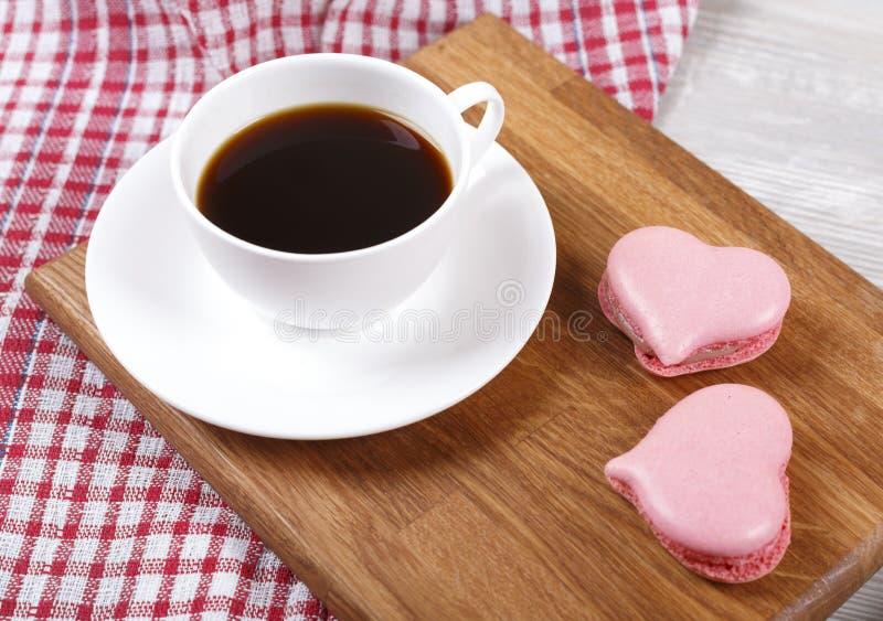 Xícara de café com bolinhos de amêndoa fotos de stock royalty free