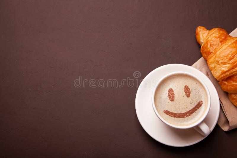 Xícara de café com a cara do sorriso na espuma Eu gosto da ruptura de café foto de stock royalty free