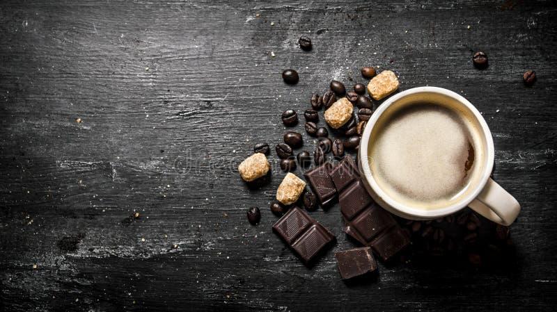 Xícara de café com chocolate amargo e açúcar mascavado escuro fotos de stock
