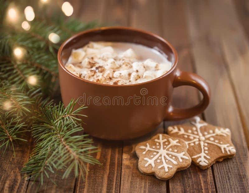 Xícara de café com doçura do Natal fotos de stock royalty free